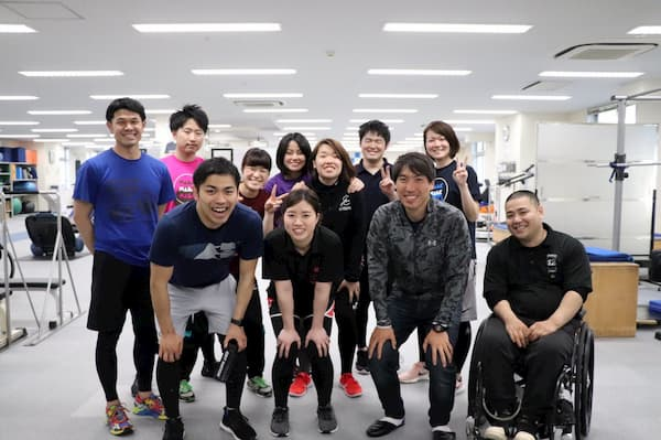Hideyuki Sugita at the hospital with staff and friends